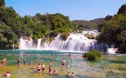 Gente que se baña en las cascadas de Krka fotografía de archivo