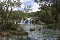 Gente que se baña en las cascadas del parque nacional de Krka Fotografía de archivo