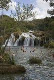 Gente que se baña en las cascadas del parque nacional de Krka en Croacia Foto de archivo
