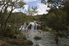 Gente que se baña en las cascadas del parque nacional de Krka en Croacia Imagenes de archivo