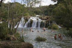 Gente que se baña en las cascadas del parque nacional de Krka en Croacia, estación de verano Foto de archivo