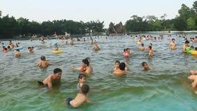 Gente que se baña en piscina pública almacen de metraje de vídeo