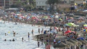 Gente que se baña en una playa mediterránea en la puesta del sol almacen de video
