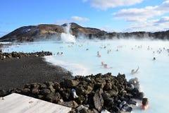 Gente que se baña en la laguna azul Islandia Imágenes de archivo libres de regalías