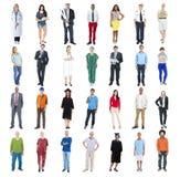 Gente que se coloca en fila aislada en blanco Fotos de archivo libres de regalías