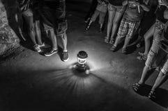 Gente que se coloca en una cueva imágenes de archivo libres de regalías