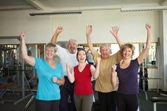 Gente que se divierte en gimnasia Fotos de archivo