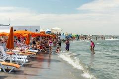 Gente que se divierte en la playa Foto de archivo libre de regalías