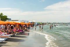 Gente que se divierte en la playa Fotos de archivo libres de regalías