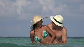 Gente que se divierte en las vacaciones casadas o fechar metrajes