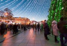 Gente que se divierte en mercado de la Navidad en la tarde de Advent Vilnius Fotos de archivo