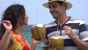 Gente que se divierte en vacaciones tropicales almacen de video
