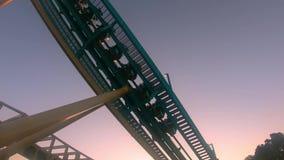 Gente que se divierte que sorprende el roller coaster de Kraken en Seaworld en área internacional de la impulsión metrajes