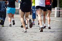 Gente que se ejecuta en maratón en la calle de la ciudad Fotos de archivo