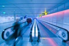 Gente que se mueve en pasillo del aeropuerto fotos de archivo