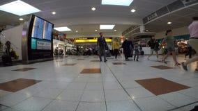 Gente que se mueve en un aeropuerto almacen de video