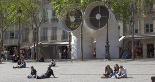 Gente que se relaja al sentarse en la tierra almacen de video