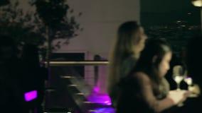 Gente que se relaja en el paisaje urbano de desatención de Madrid de la noche del restaurante del tejado metrajes