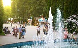 Gente que se relaja en el parque Imágenes de archivo libres de regalías