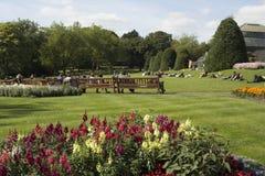 Gente que se relaja en el parque en un día soleado en Escocia Fotos de archivo