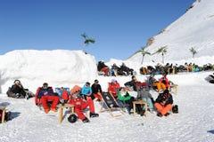 Gente que se relaja en el restaurante en las montañas suizas Fotos de archivo