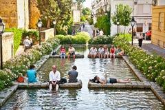 Gente que se relaja en fuente en Córdoba, España. Imagenes de archivo