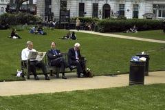 Gente que se relaja en hora de la almuerzo fotos de archivo libres de regalías
