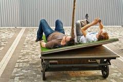 Gente que se relaja en Kowloon en Hong Kong Imagen de archivo libre de regalías