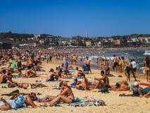 Gente que se relaja en la playa de Bondi Imagen de archivo libre de regalías