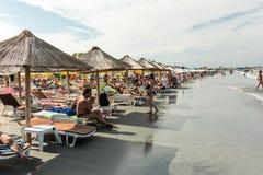 Gente que se relaja en la playa en el Mar Negro Imágenes de archivo libres de regalías