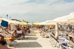 Gente que se relaja en la playa en el Mar Negro Fotografía de archivo