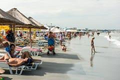Gente que se relaja en la playa en el Mar Negro Imagenes de archivo