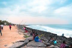 Gente que se relaja en la puesta del sol en la playa de la 'promenade' pondicherry Fotos de archivo