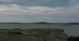 Gente que se relaja en los acantilados y que se baña en una isla en el archipiélago sueco metrajes