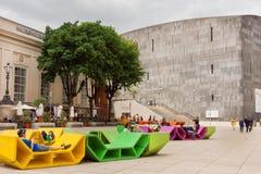 Gente que se relaja en los bancos modernos delante del MUMOK, museo del arte moderno en Viena Imágenes de archivo libres de regalías