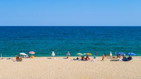 Gente que se relaja en Nea Vrasna Sand Beach en Grecia - 28 08 2017 Imagen de archivo