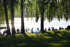 Gente que se relaja por el agua en Estocolmo Imagen de archivo libre de regalías