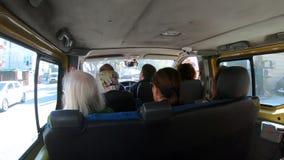 Gente que se sienta dentro de un dolmus que viaja a sus destinos, un transporte público típico en Estambul, Turquía metrajes