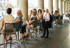 Gente que se sienta en el café de la calle en el muelle de Limmat en Zurich imágenes de archivo libres de regalías