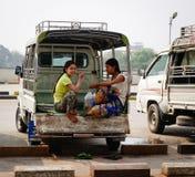 Gente que se sienta en el pequeño autobús en Mandalay, Myanmar Imagenes de archivo
