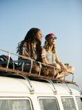Gente que se sienta en el tejado de Van Road Trip Travel Imagen de archivo libre de regalías
