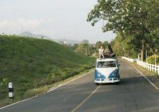 Gente que se sienta en el tejado de Van Road Trip Travel Imágenes de archivo libres de regalías