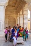 Gente que se sienta en Khas Mahal en el fuerte de Agra, Uttar Pradesh, la India Foto de archivo