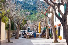 Gente que se sienta en la terraza de la barra en Esporles, Mallorca, España fotos de archivo libres de regalías