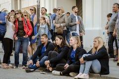 Gente que se sienta en la tierra Fotografía de archivo