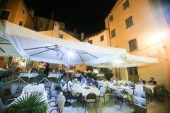 Gente que se sienta en restaurante Foto de archivo