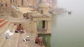 Gente que se sienta en un ghat