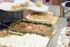 Gente que se sirve la cena de la acción de gracias Imagen de archivo libre de regalías