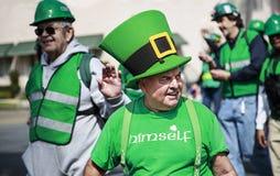Gente que se viste para arriba en el desfile del día de St Patrick Foto de archivo libre de regalías