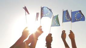 Gente que sostiene banderas de la unión europea almacen de video